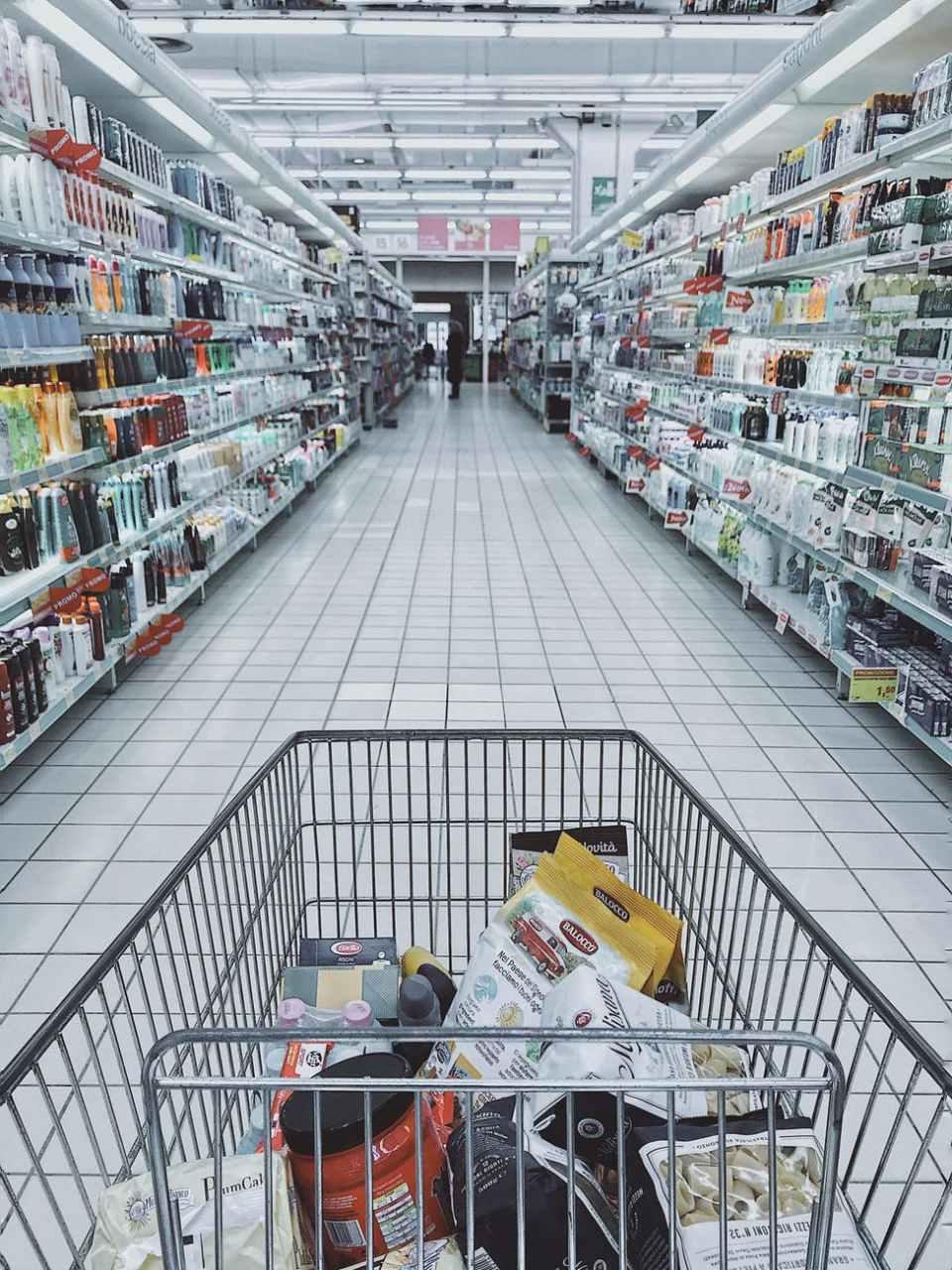 Shopping - en handlekurv som er halvfull av varer