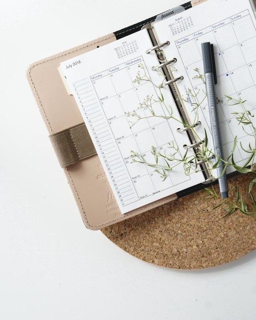 Planlegge familieaktiviteter; Åpen almanakk med penn.